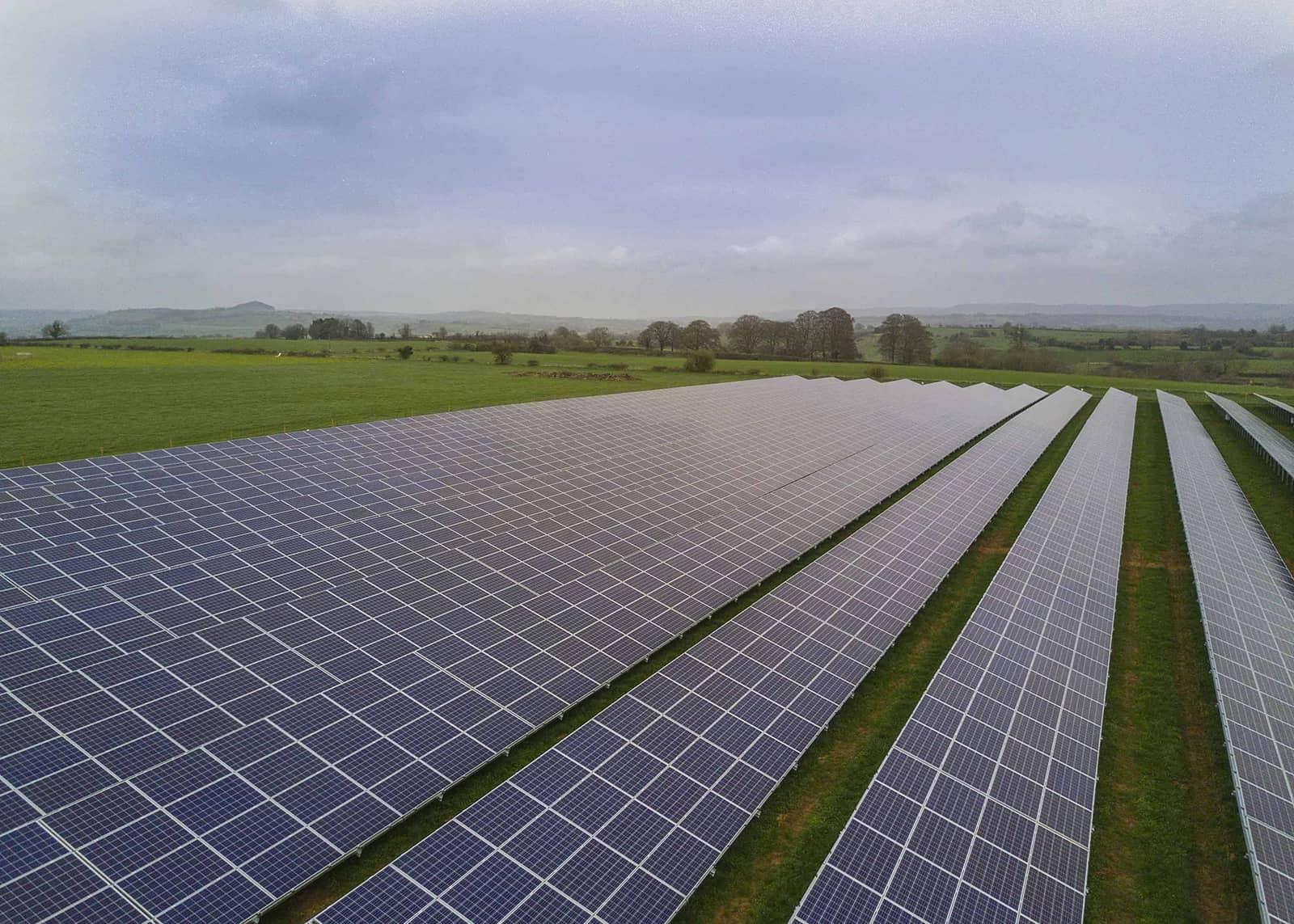 Projekt o mocy 2 MWp, zrealizowany w Somerset w Wielkiej Brytanii, w ramach programu ROC 1.2